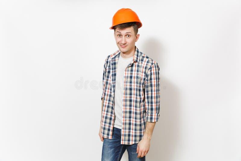 Ung rolig stilig man i tillfällig kläder och hjälmen för skyddande konstruktion som orange isoleras på vit bakgrund arkivfoton