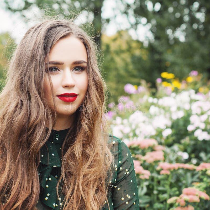 Ung romantisk kvinna utomhus, stående Flicka i blommaträdgård arkivfoton