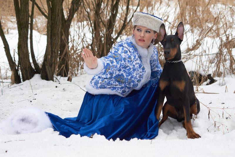 Ung rysskvinna med hunden royaltyfri fotografi