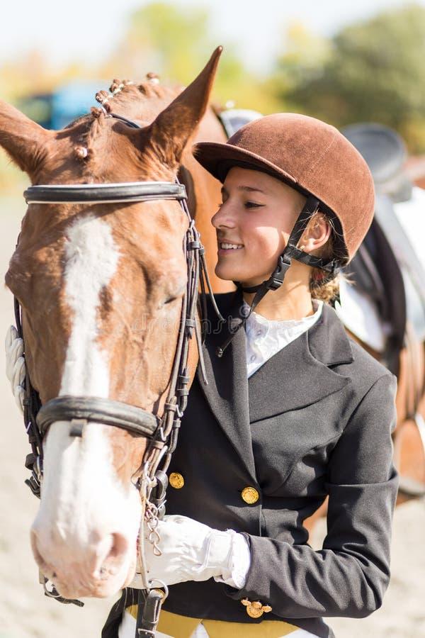 Ung ryttareflicka med hennes häst royaltyfria foton