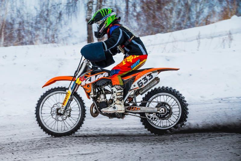 Ung ryttaremotorcykel för Closeup på snöig motocrossspår royaltyfri foto