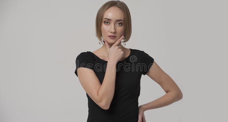Ung säker affärskvinna eller chef som bär den svarta klänningen arkivfoto