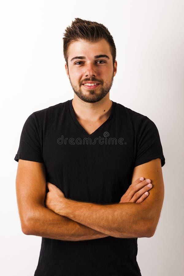 Ung säker man med korsade armar royaltyfria bilder