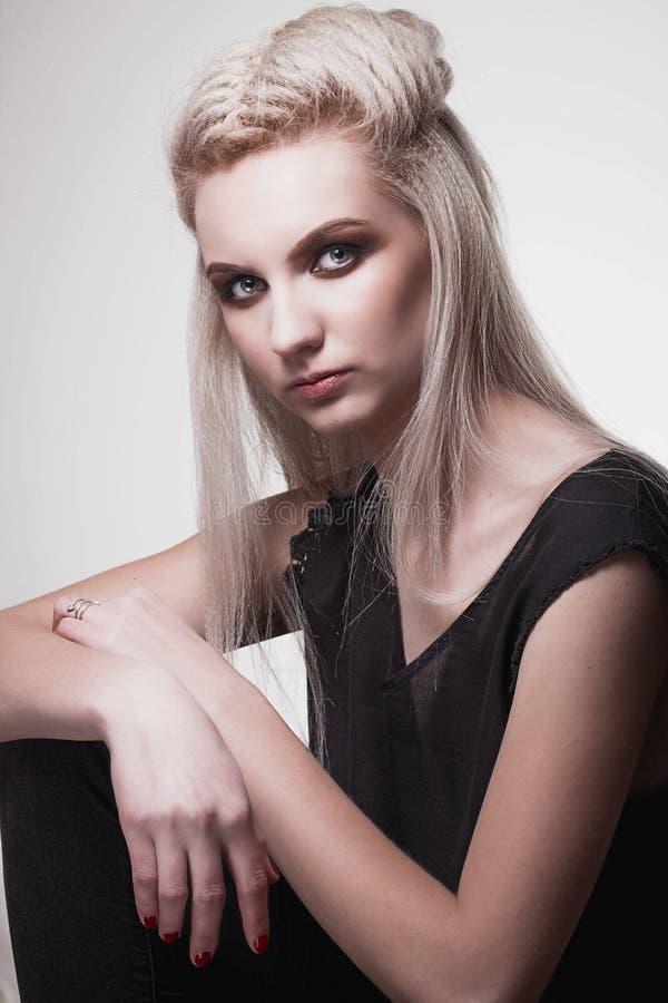 Ung scandinavian flicka med brun makeup och långt vitt hår fotografering för bildbyråer