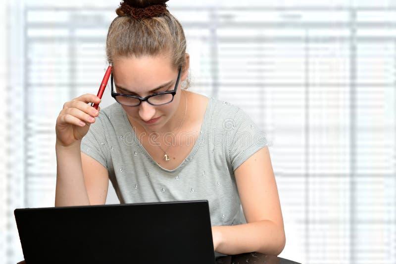Ung sekreterare i ett kontor arkivfoto