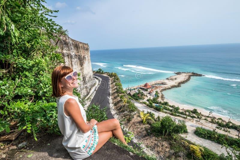Ung sexig caucasian kvinna för bifall på klippan av berget Tropisk Bali ö, Indonesien, Asien arkivfoto