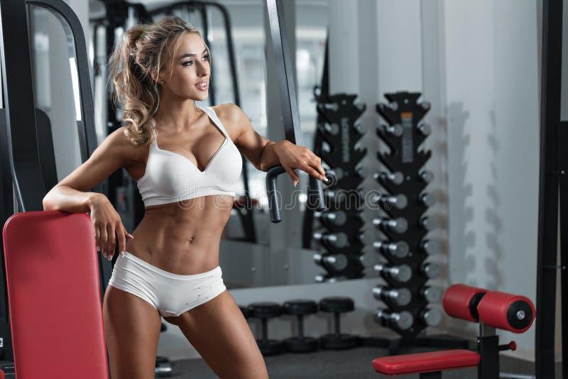 Ung sexig kvinna i idrottshallen royaltyfri foto