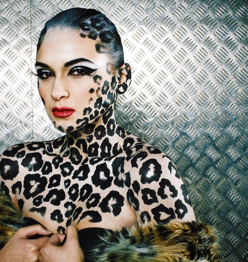 Ung sexig kvinna med leopardsmink arkivfoton