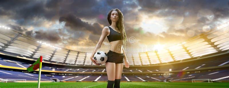 Ung sexig kvinnaspelare i fotbollstadion royaltyfria bilder
