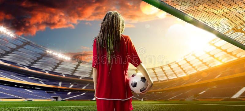 Ung sexig kvinnaspelare i fotbollstadion royaltyfri bild