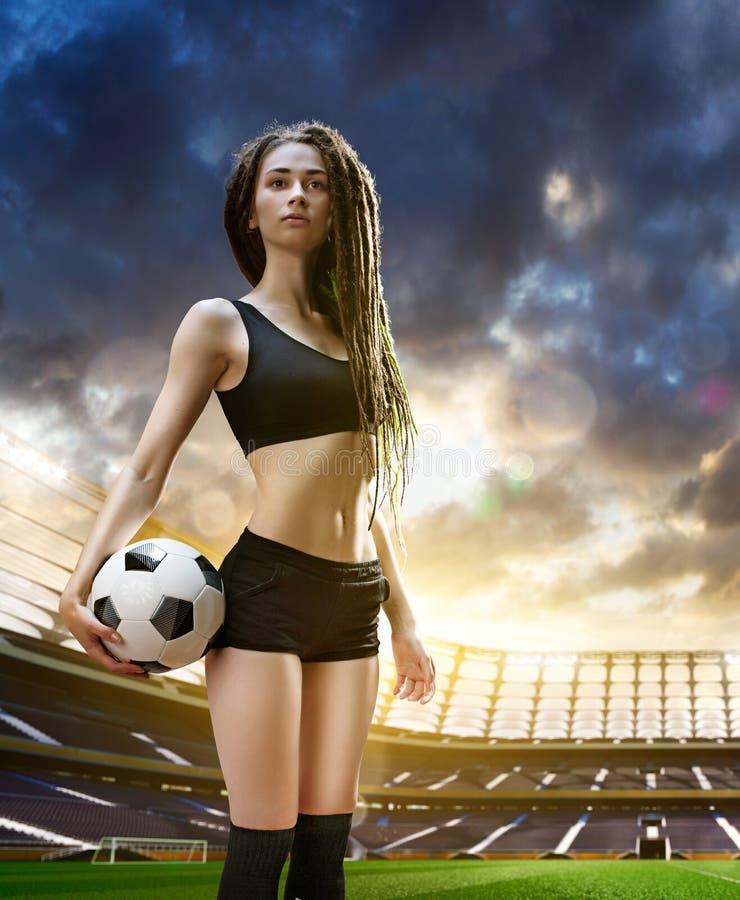 Ung sexig kvinnaspelare i fotbollstadion stock illustrationer