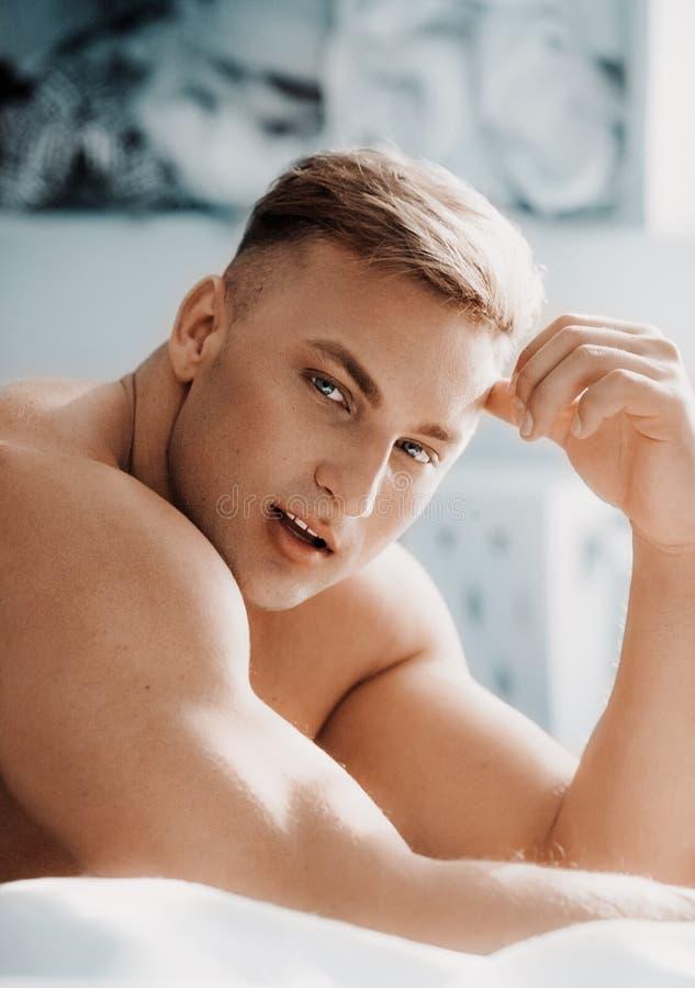 Ung sexig muskul?s man f?r st?ende i modekl?der royaltyfri foto