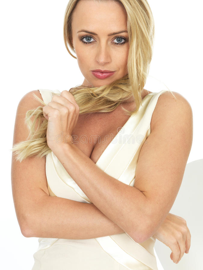 Ung sexig sinnlig romantisk kvinna som spelar med hennes hår royaltyfri bild