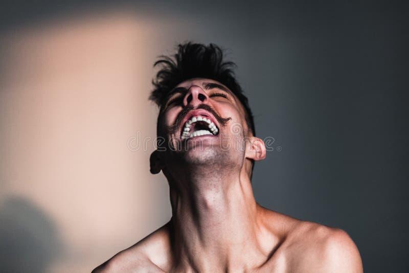 Ung shirtless man i förtvivlan royaltyfri fotografi