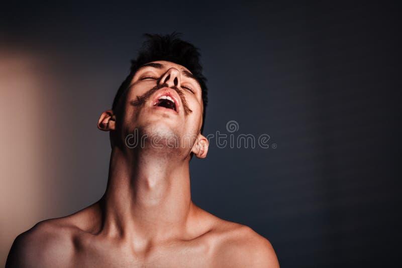 Ung shirtless man i förtvivlan arkivbild