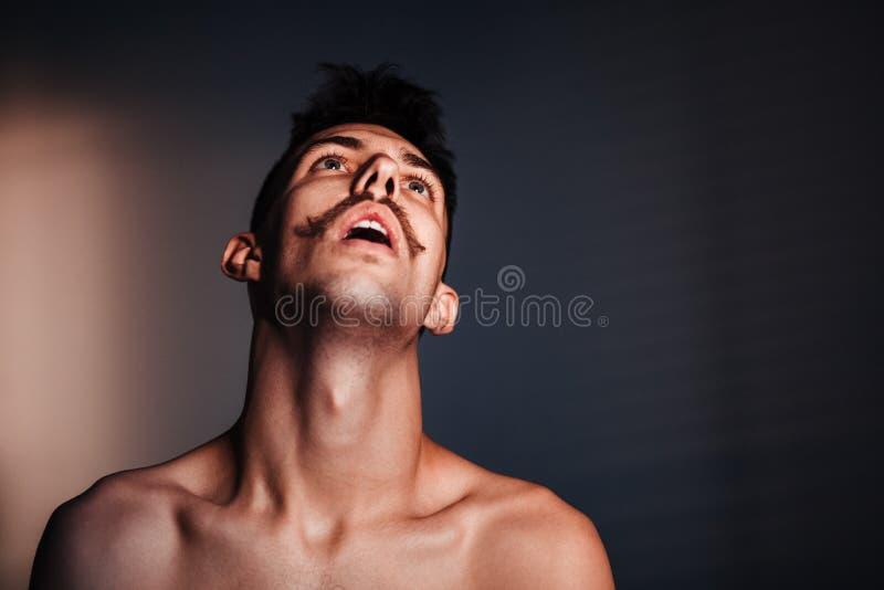Ung shirtless man i förtvivlan arkivfoton