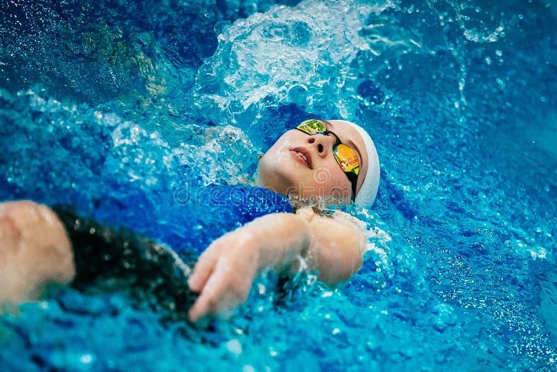 Ung simningryggsim för kvinnlig idrottsman nen royaltyfri fotografi