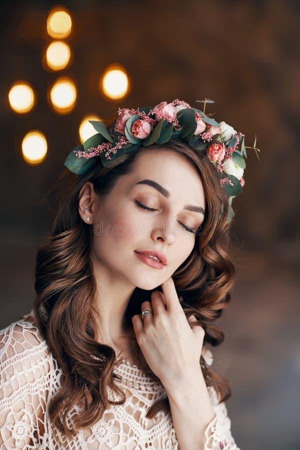 Ung sinnlig härlig kvinna med kransen av blommor i hennes drömma för hår royaltyfri fotografi