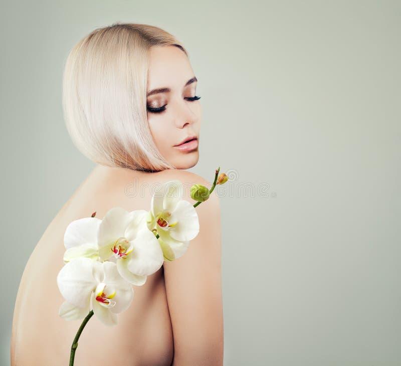 Ung sinnlig kvinnabrunnsortmodell med sund hud royaltyfri fotografi