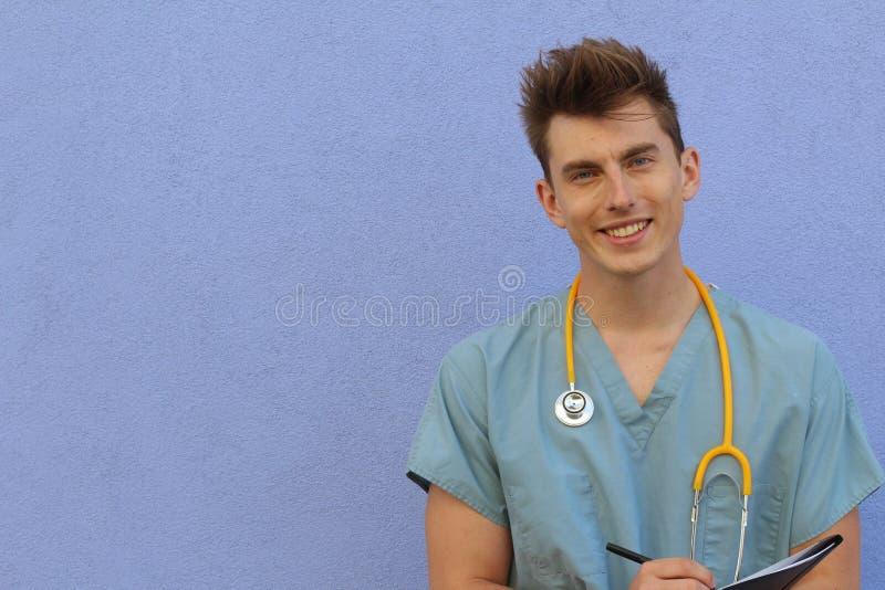 Ung sjukskötare med ett skrivplatta- och kopieringsutrymme royaltyfri bild