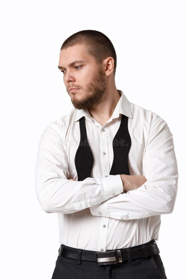 Ung skäggig man i en vit skjorta och fluga royaltyfri fotografi