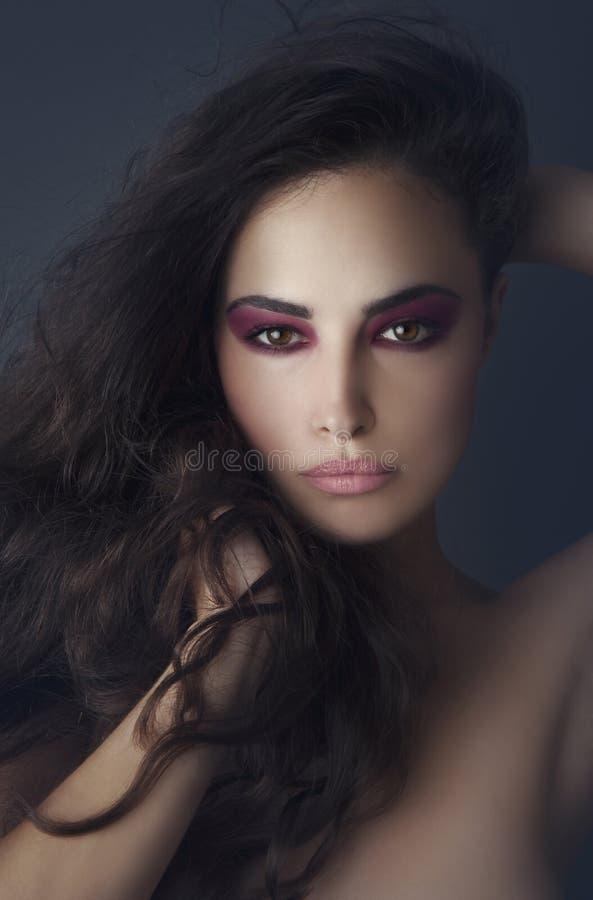 Ung skönhet med attraktiv makeup arkivbild