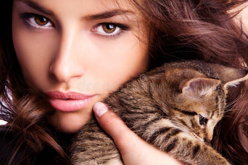 Ung skönhet med kattungen royaltyfria foton