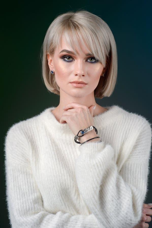 Ung skönhetmodell med armbandet och örhängen Smycken och tillbehör arkivbilder