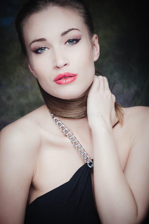 Ung skönhetstående för elegant kvinna royaltyfria bilder
