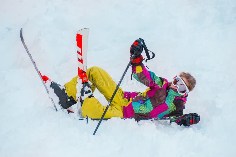 Ung skidåkare i kugghjul för vintersportar royaltyfria bilder