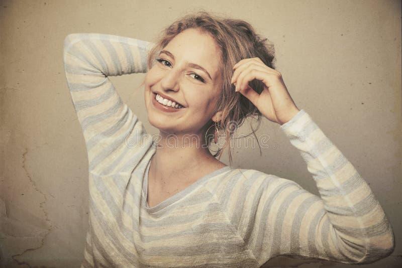 Ung skratta kvinna i sextiotappningblick arkivbild