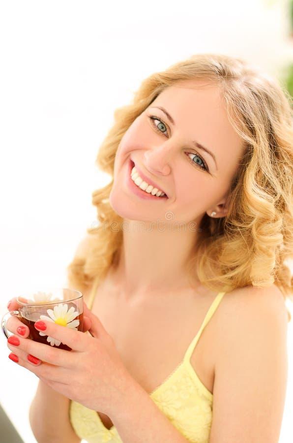 ung skratta kvinna med kopp te i solljus arkivfoton