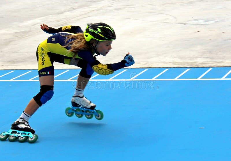 Ung spelare på spåret för åka skridskor för rulle royaltyfria foton