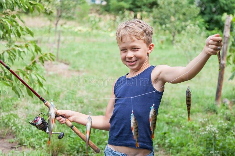 Ung sportfiskare med redskapsittpinnemördaren fotografering för bildbyråer