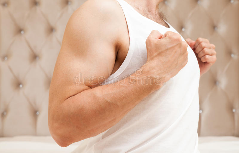 Ung sportig Caucasian mantorso i den vita skjortan royaltyfri foto