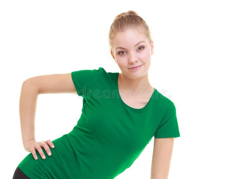 Ung sportig flicka som gör sträcka den isolerade övningen arkivbilder