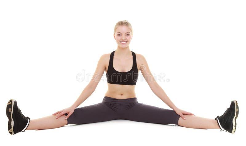 Ung sportig flicka som gör sträcka den isolerade övningen royaltyfri foto