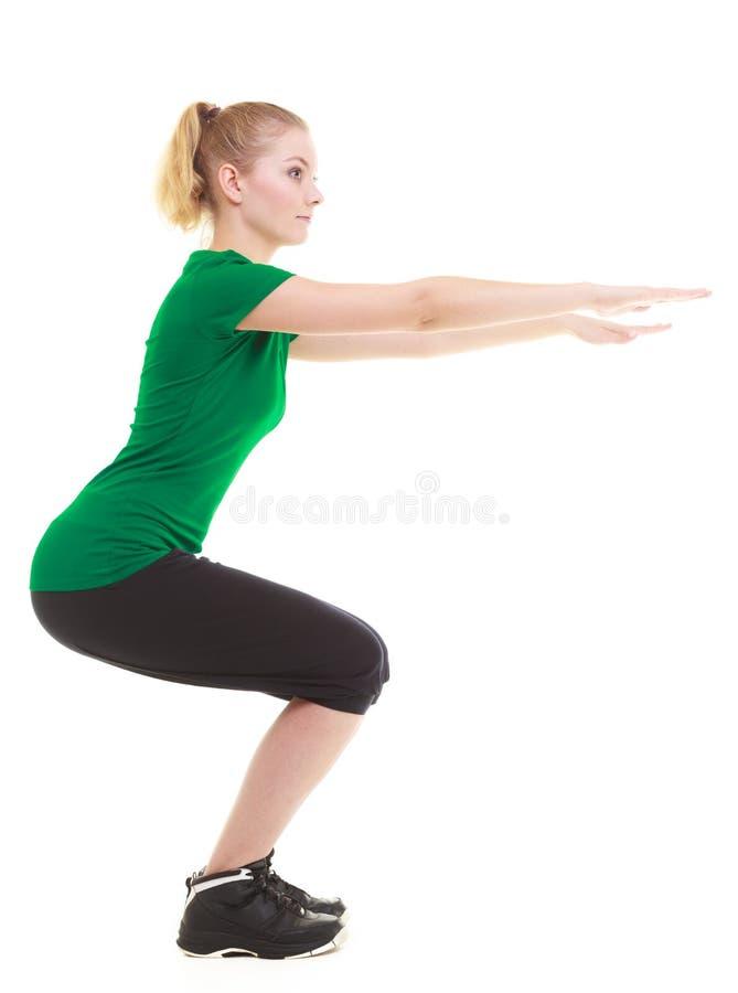 Ung sportig flicka som gör sträcka den isolerade övningen arkivfoton