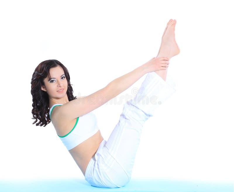 Ung sportig kvinna som gör sträcka övning bakgrund isolerad white arkivfoton