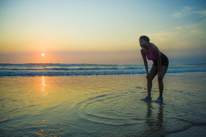Ung sportig och trött afrikansk amerikanlöparekvinna som kyler av att andas som evakueras efter rinnande genomkörare på härliga s arkivfoto