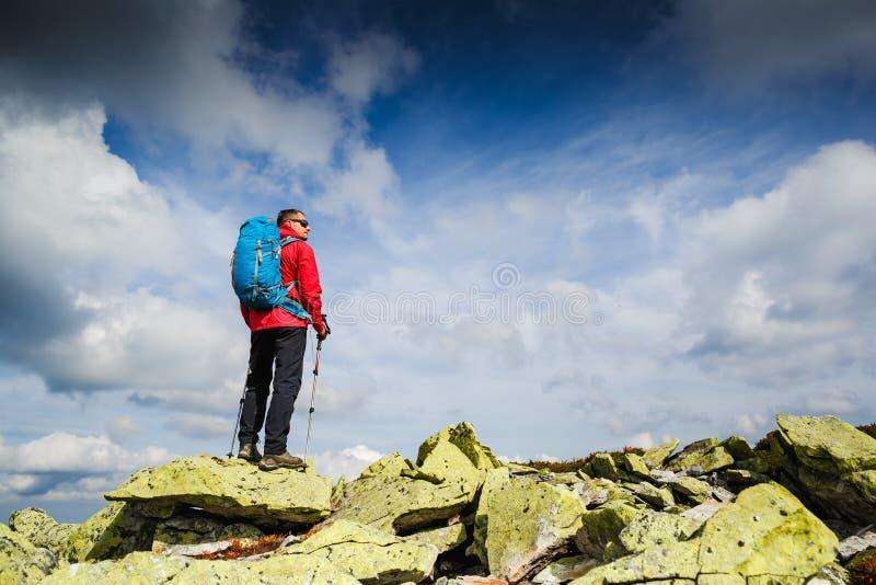 Ung sportive fotvandrare som trekking i bergen Sport och aktiv livstid royaltyfri fotografi