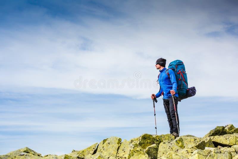 Ung sportive fotvandrare som trekking i bergen Sport och aktiv livstid royaltyfria foton