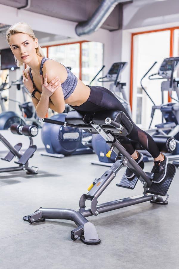 ung sportive kvinna som gör hyperextensionövning royaltyfri bild