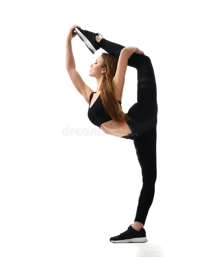 Ung sportkvinnagymnastik som gör sträcka konditionövningsgenomköraren som isoleras på en vit fotografering för bildbyråer