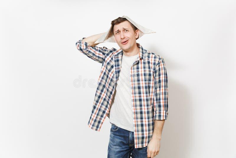 Ung sprallig stilig man i tillfällig kläder och tidningshatten som isoleras på vit bakgrund Tillbehör för fotografering för bildbyråer