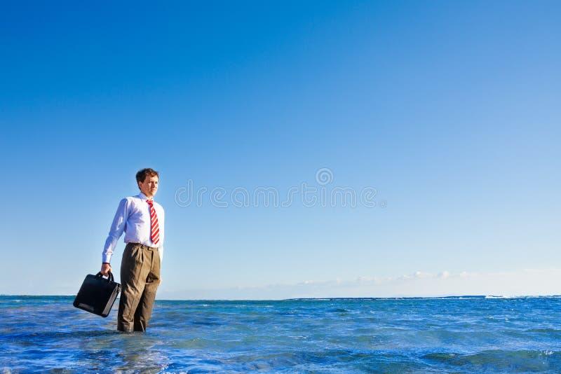 Ung ställning för arbetare för vit krage för kontor i havet royaltyfri bild