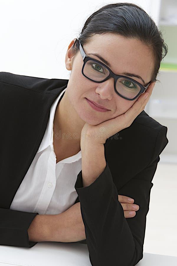 Ung stående för affärskvinna arkivfoton
