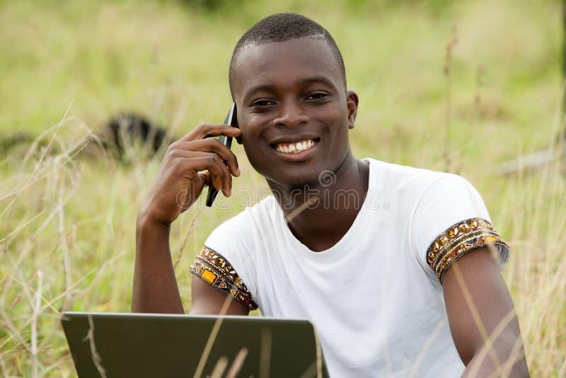 Ung stående med bärbara datorn som är lycklig arkivfoton