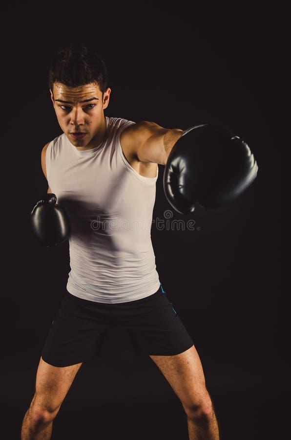 Ung stark boxare med svarta handskar royaltyfria bilder