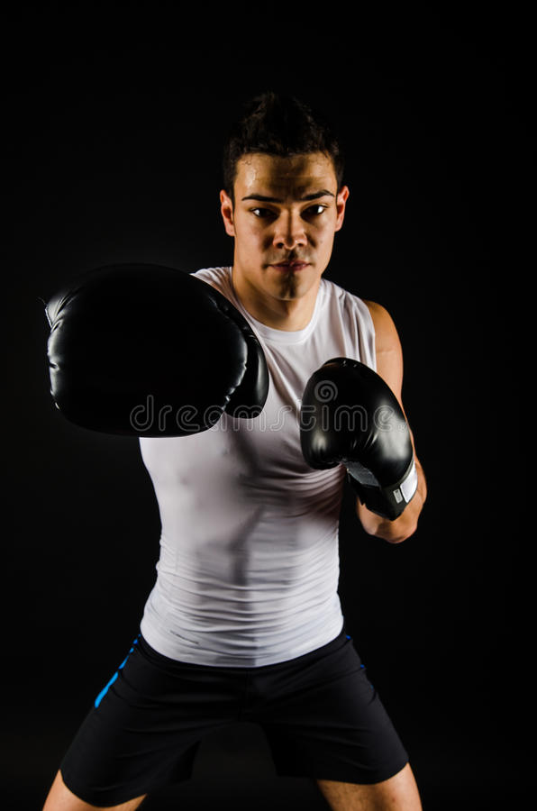 Ung stark boxare med svarta handskar royaltyfria foton